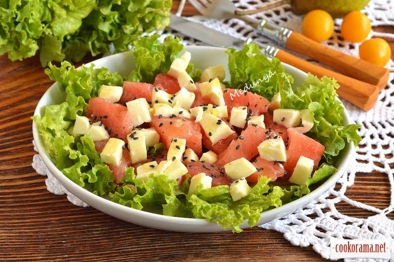 Салат з кавуном, фетою та чорним кунжутом