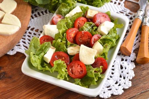 Салат з моцарелою і помідорами