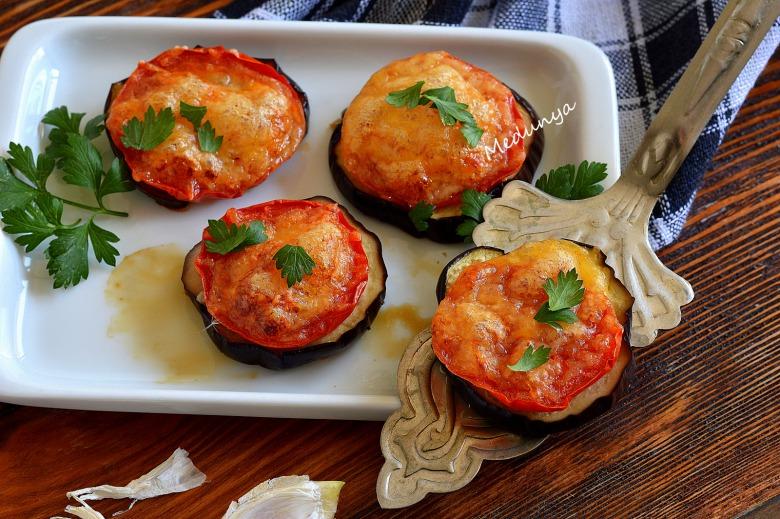Баклажани, запечені  з помідорами під сирною шапкою