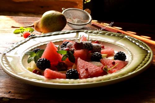 Фруктовый салат из груши, арбуза и ежевики