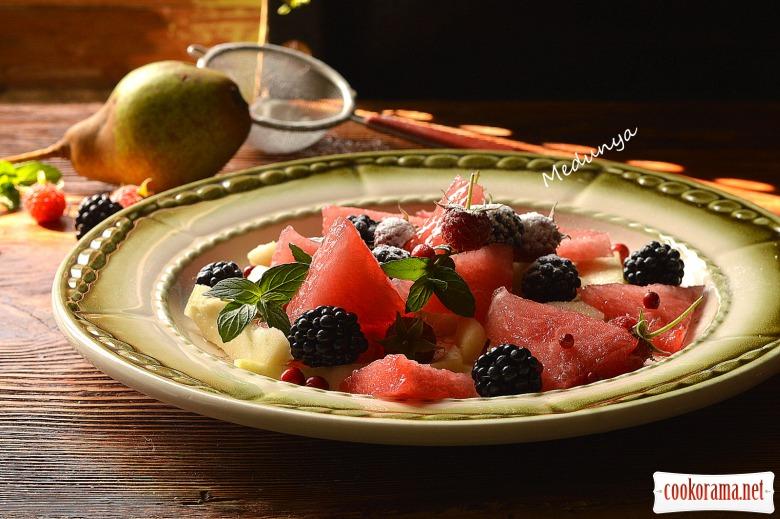 Фруктовий салат з груші, кавуна та ожини