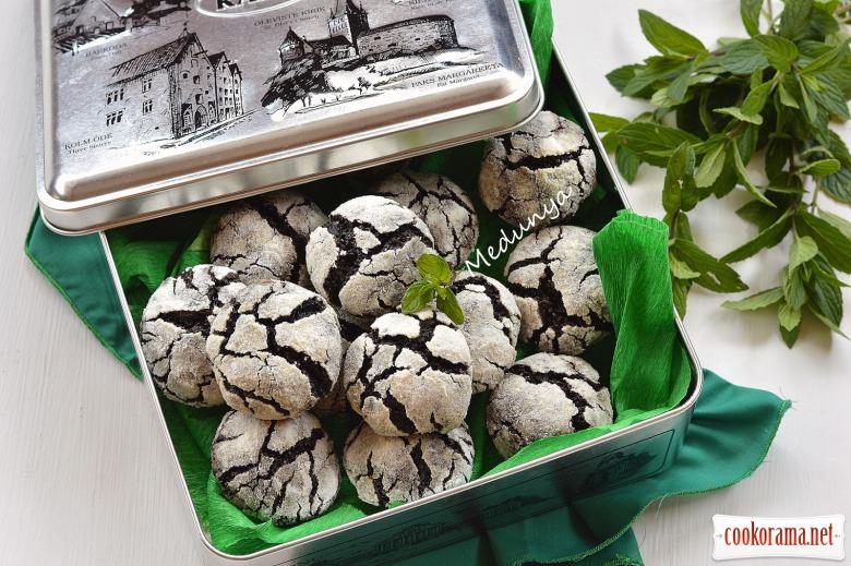 Шоколадно-м'ятне печиво з тріщинками