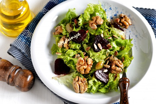 Салат з печеним буряком, горіхами та смаженим насінням