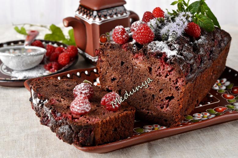 Шоколадний кекс з малиною