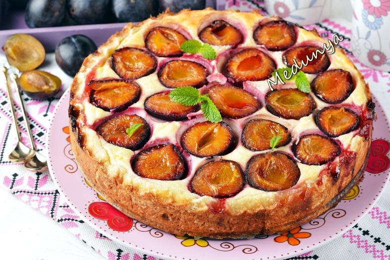 Пісочний пиріг з сиром та сливами