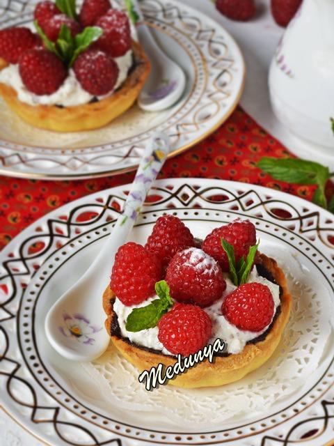 Пісочні тарталетки з шоколадом, сиром та малиною