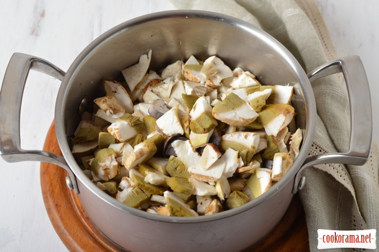 Холодник на кефірі з морозивом із білих грибів