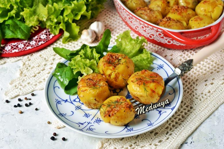 """""""Душена"""" молода картопля з часниковою скоринкою, запечена у духовці"""