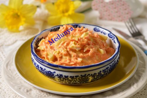Великодній салат із сирої моркви, яєць та хрону