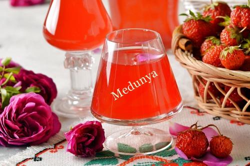 Настоянка із полуниць та пелюсток рожі