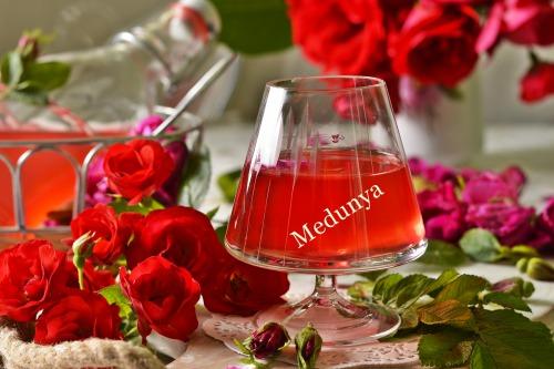 Лікер із чайної троянди (давній галицький рецепт)