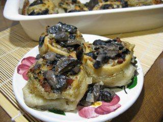 Мясные розочки с грибным соусом