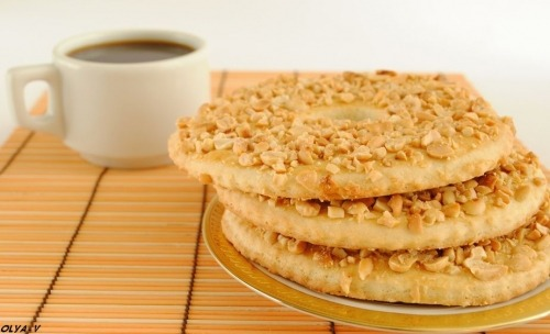 Shortbread ring with peanuts