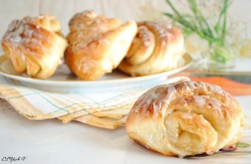 Caramel buns with glaze