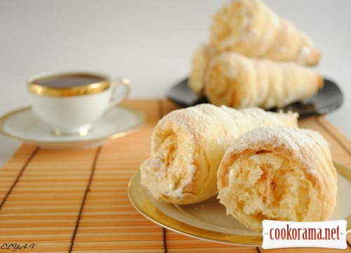Puff pastry tubes with white cream