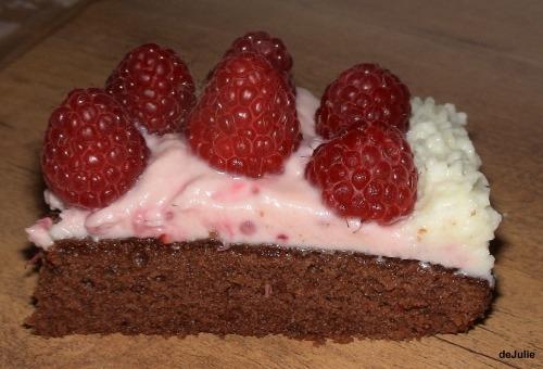 Сирно-шоколадний десертик з малиною