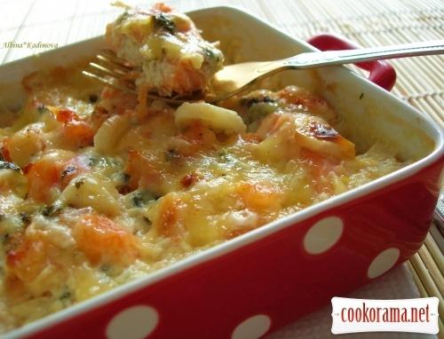 Запечена форель з креветками під вершковим соусом