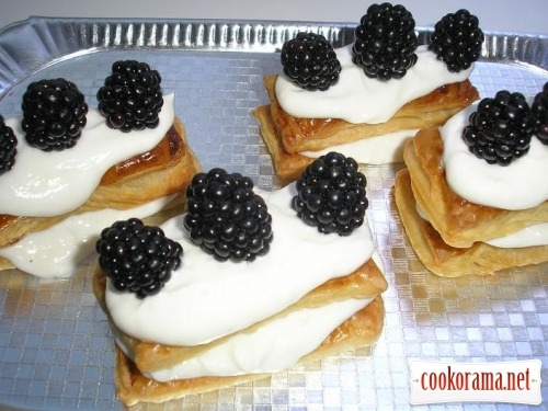 Cake with blackberry «Easy as pie»