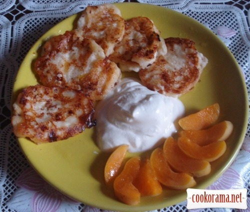 Summer cheese pancakes with apricots