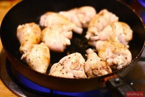 Курица, тушеная в красном вине