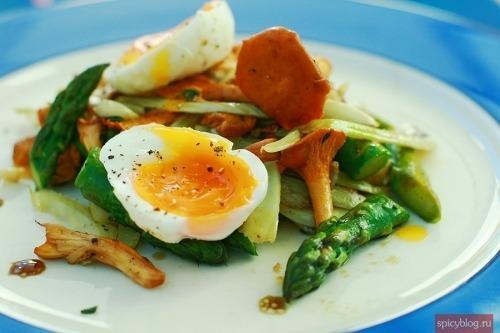 Теплый салат с лисичками и фенхелем
