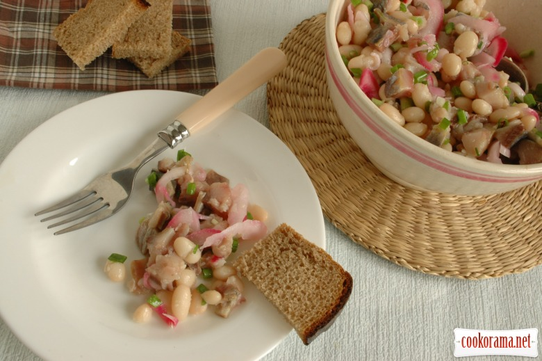 Salad with beans and herring