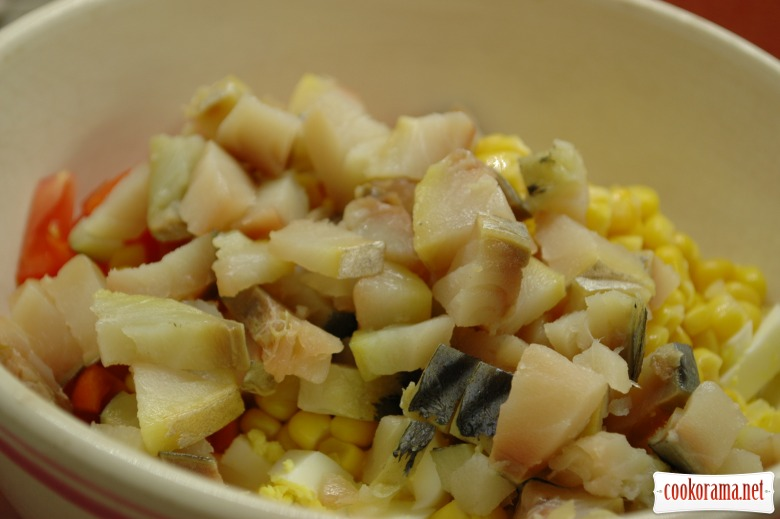 Салат с помидорами, копченой скумбрией и яйцами