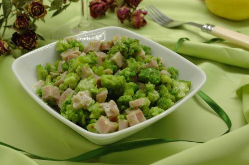 Салат с брокколи и ветчиной