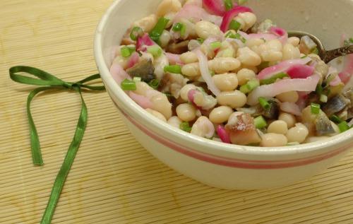 Салат с фасолью и сельдью