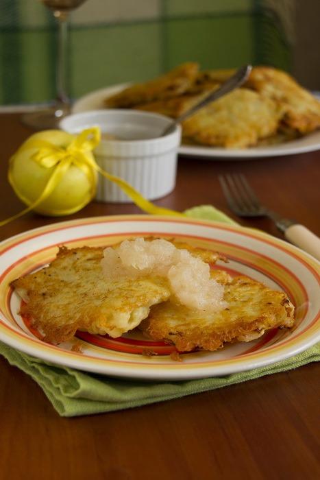 Картопляні оладки з яблучним мусом