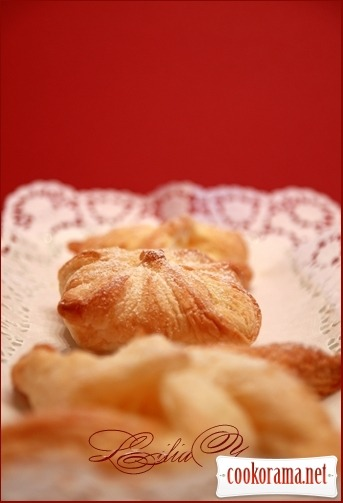 Puff pastry with cream patiser