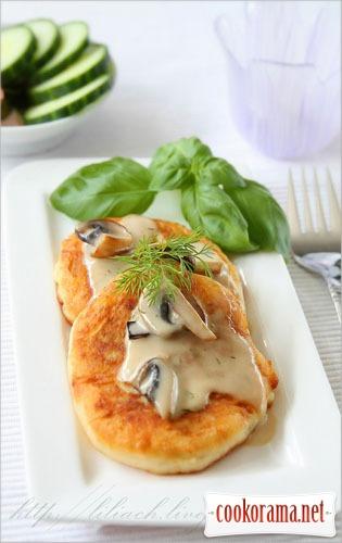 Оладки картопляні з начинкою під грибним соусом