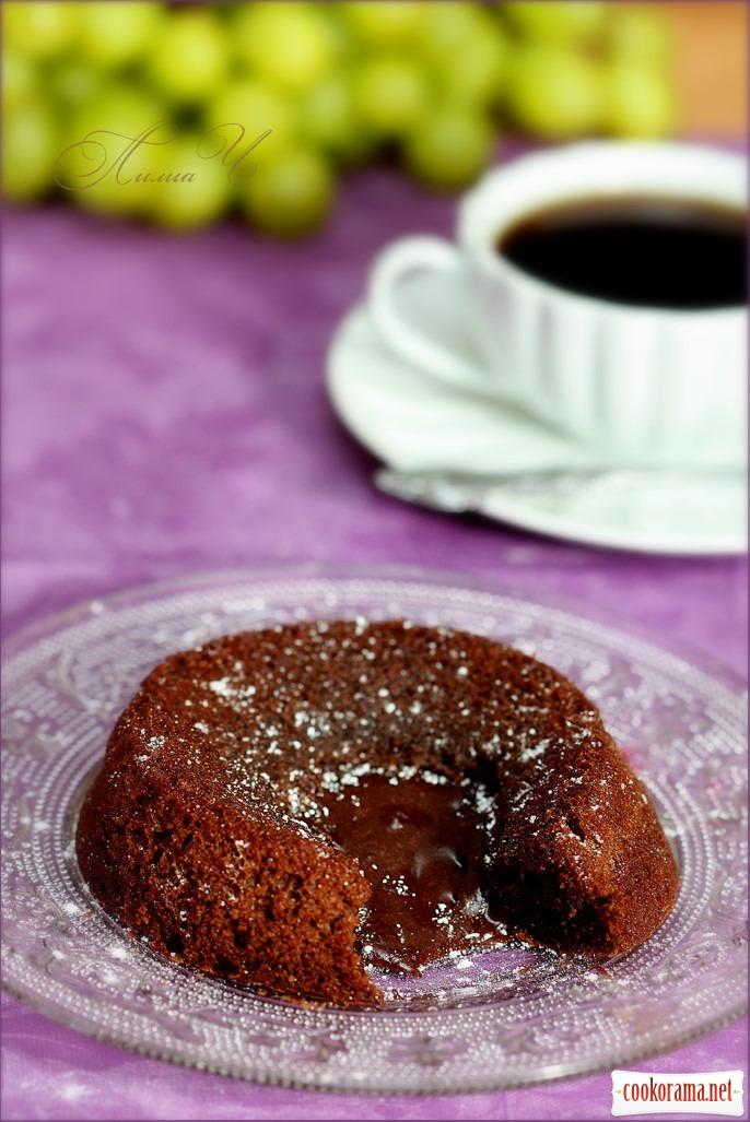 Шоколадне гаряче тістечко з рідкою начинкою