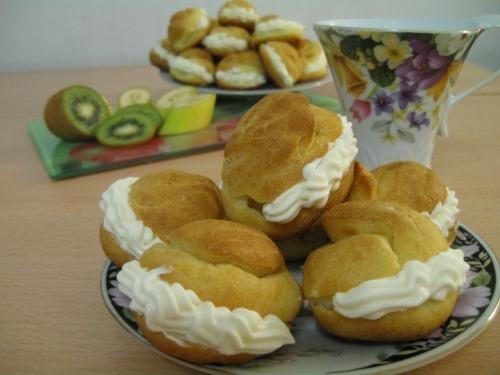 Cakes with custard