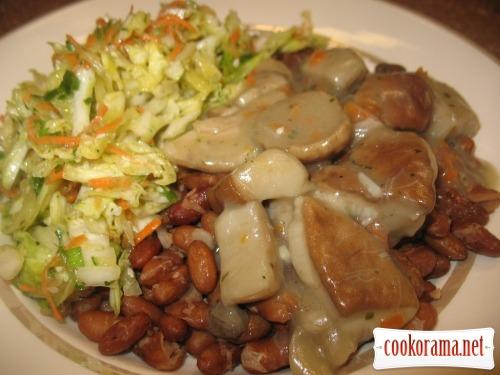 Фасоль, грибы с подливкой, салат