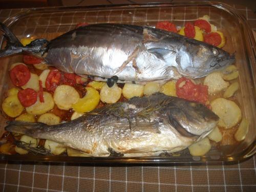 Риба з картоплею і помідорами