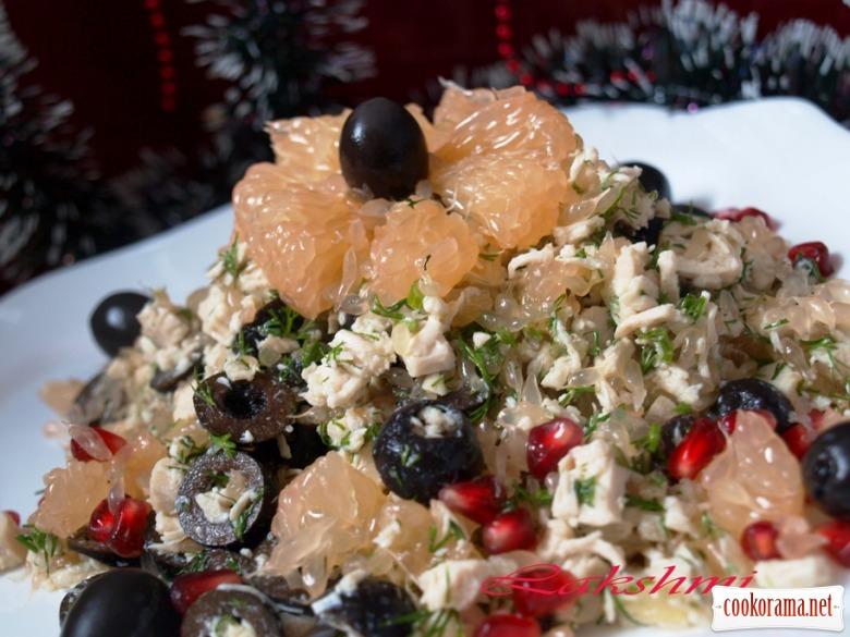 """Салат """"Необычный"""" с курицей, грейпфрутом и маслинами"""