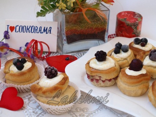 Buns with curd stuffing and berries