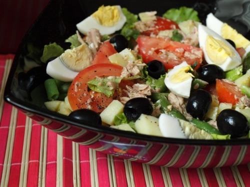 Салат з тунця з овочами