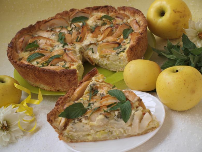 Яблочно-луковый пирог с голубым сыром