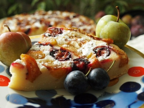 Ароматный сырно-сливовый пирог