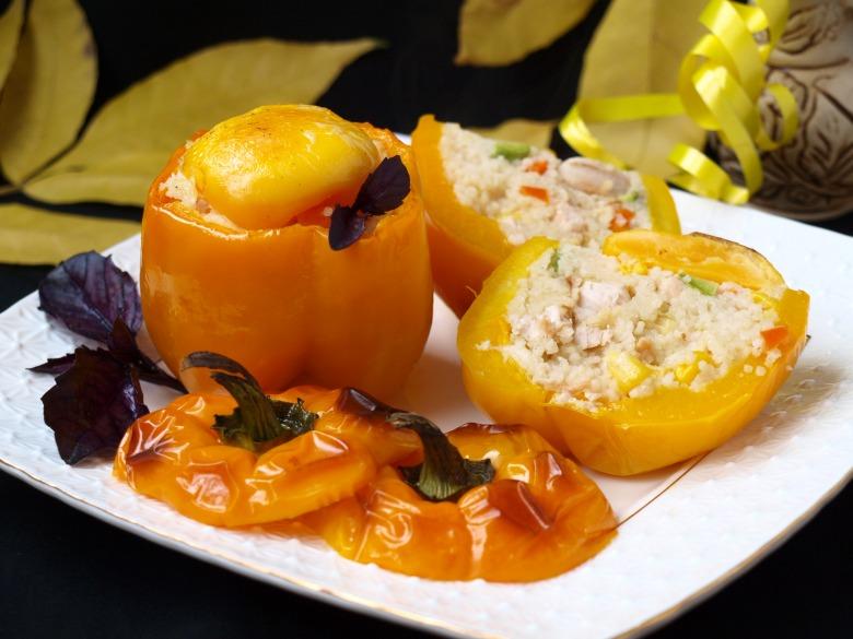 Запечённые перцы с кус-кусом, овощами и курицей