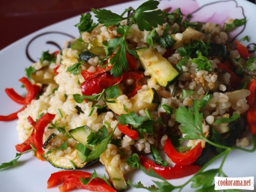Warm salad with bulgur and grilled vegetables