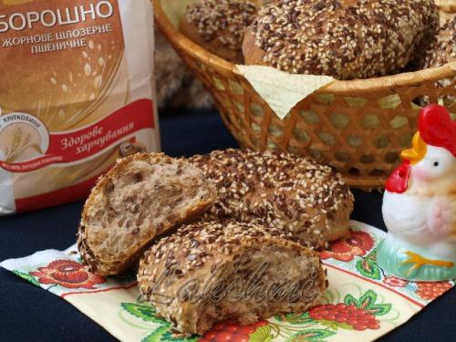 Булочки з кунжутом і насінням льону з цільнозернового борошна