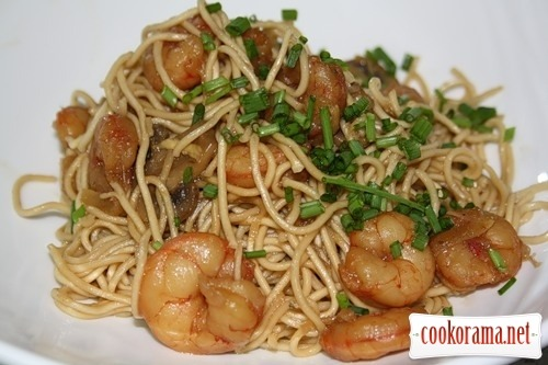 Egg noodles with shrimps and mushrooms