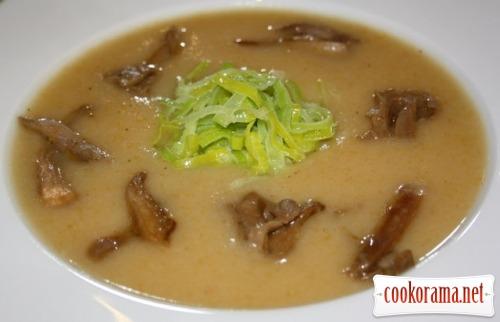 Крем-суп з батату з грибами та цибулею-порей