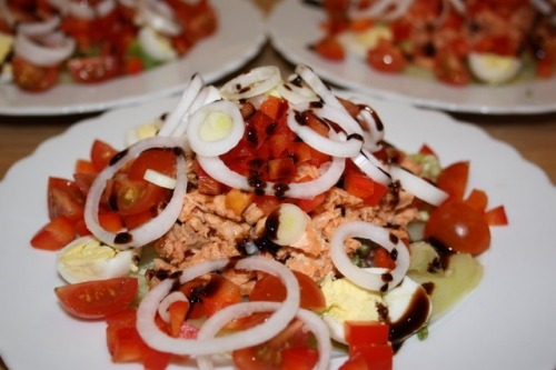 Салат з консервованим лососем