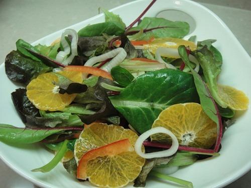 Зеленый салат с мандаринами и маринованным луком