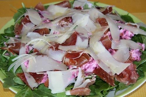 Зелений салат з буряком і копченостями