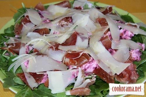 Зеленый салат со свеклой и копченостями